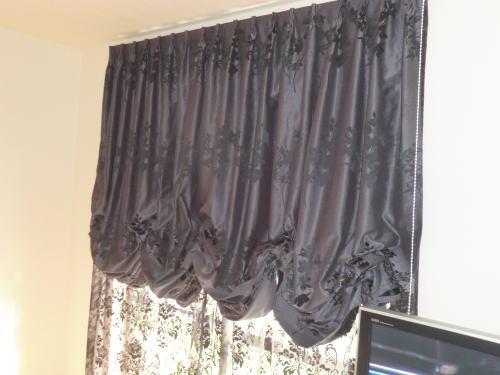 濃いグレー色カーテン