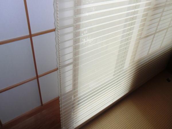 時間と季節で変わる陽ざしをツインスタイルで楽しもう、ニチベイ社ハニカムスクリーン