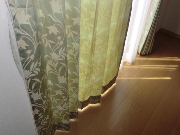 緑色の地模様ドレープカーテン(光の透け具合が素敵です)