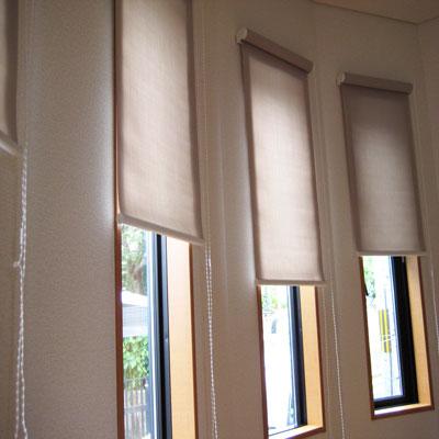 細縦長い窓にはロールスクリーンが似合います