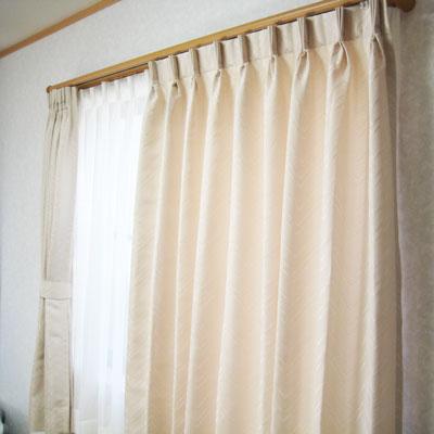 薄いベージュカラーのデザインカーテン
