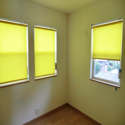 小窓にはロールがよく似合います
