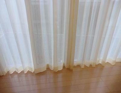 小窓にはレースカーテンがよく似合います