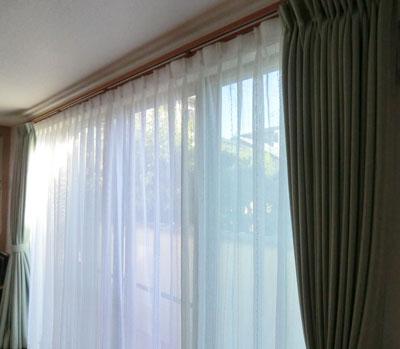 1間半窓にカーテン