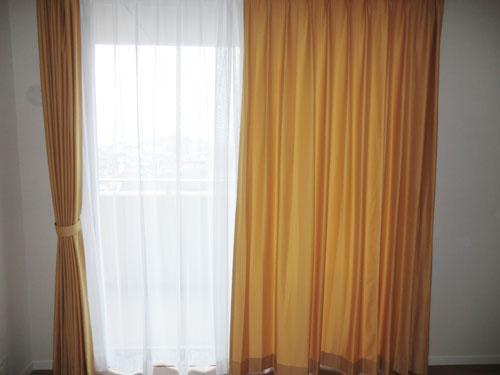 プレーンな明るいカーテン