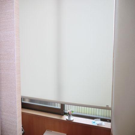 トイレ内の高窓へロールスクリーン納品