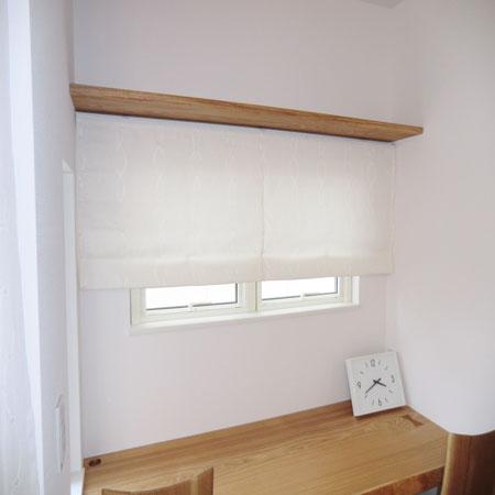 小窓にはプレーンシェードが良く似合います