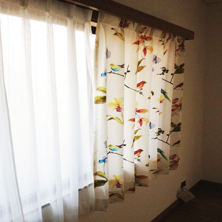鳥柄のカーテン