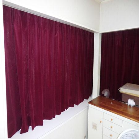 赤色のベルべットカーテン