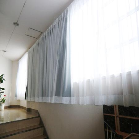 室内側にレース、室外側に厚手カーテン