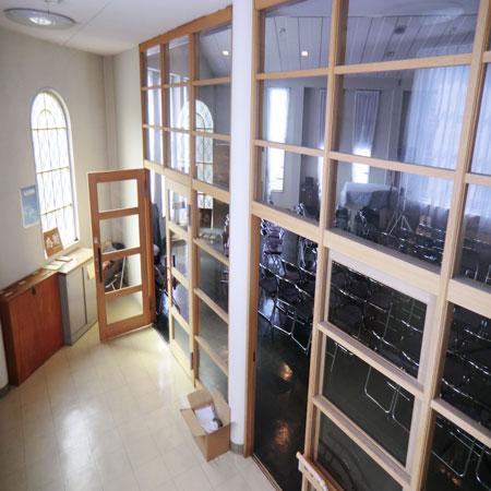 前方は礼拝堂です。ボイルレースカーテンを京都府長岡京市の教会へ納品