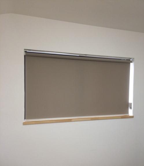 窓枠内にロールスクリーン納品