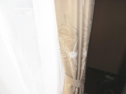 シックなデザインの厚手、レースカーテン