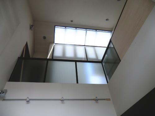 1階より2階を見上げてみました、ロールスクリーン取り付け