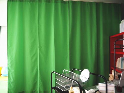 グリーンのヒダなしカーテン納品