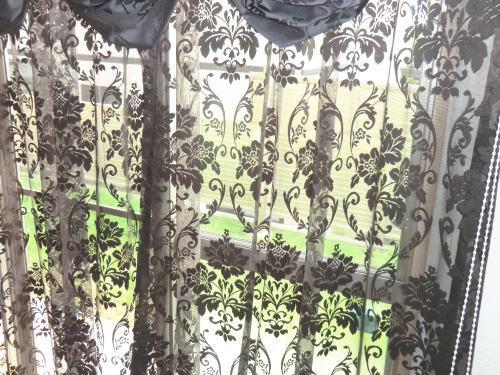 ブラックカラーの網目模様レ―スカーテン