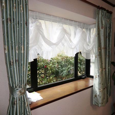 バルーンシェードと厚手カーテンのコーディネート