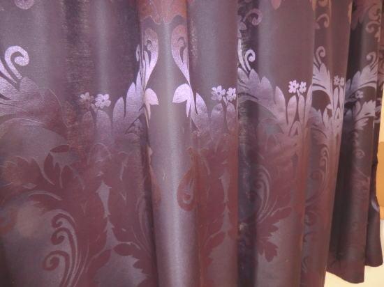 唐草模様の厚手カーテン