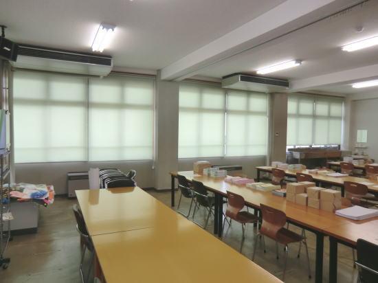 大学の多目的教室にロールスクリーン取り付け納品