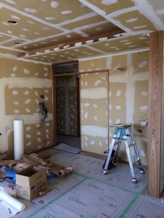 室内、クロス施工前、パテ塗り作業中