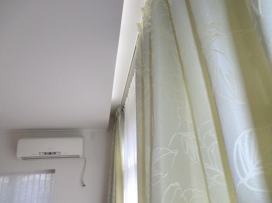 グリーンカラーの地模様カーテン
