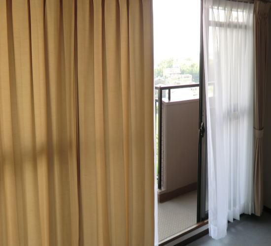 リビングにシンプルなオーダーカーテン納品