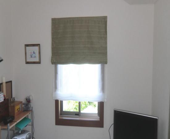 小窓には、プレーンシェード取り付け