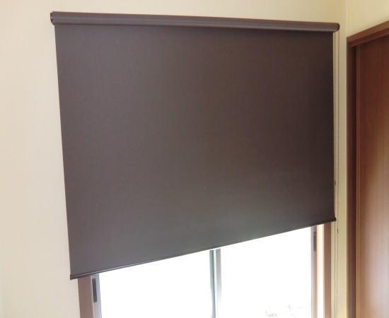 ブラウンカラーの遮光性ロールスクリーン納品
