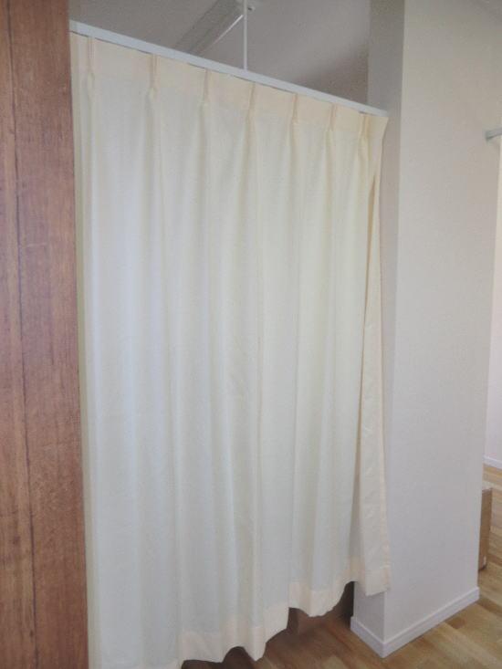 スタッフさんと患者様の通路にも間仕切りカーテンを配置致しました。