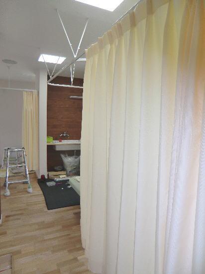 カーテン下部は30cm程度空けて作成致しました。