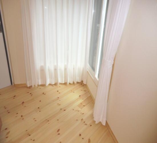 ホワイトのレース生地と無垢材の床と良くマッチします