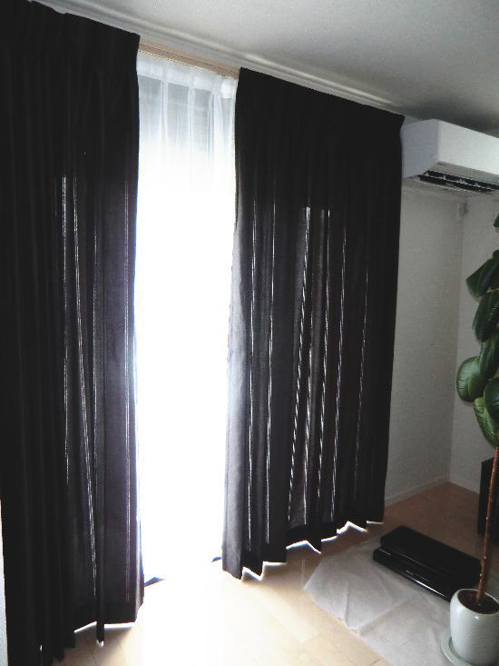 リビングと同空間スペースに同じカラーのカーテン