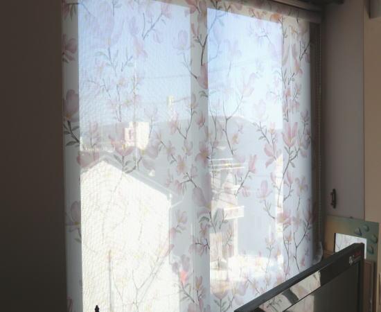 中間窓にロールスクリーン