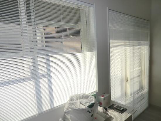 ダイニングの窓廻りにアルミブラインド納品
