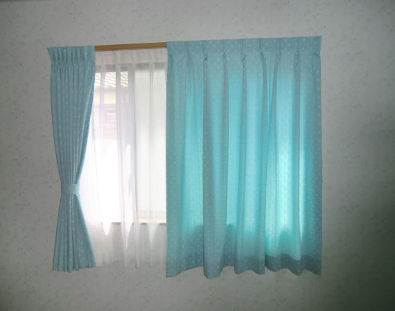 2階の腰窓カーテン