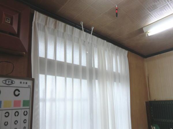 窓面には、レースカーテンで変化を持たせました