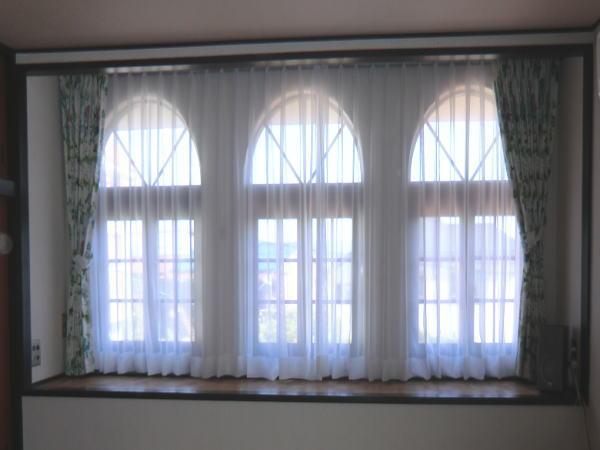 アーチ窓にオーダーレースカーテン
