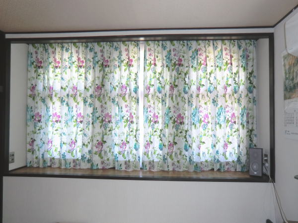 長腰窓に厚手ドレープカーテン