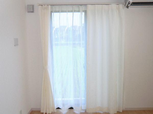 北欧デザインを思わせるデザインカーテン