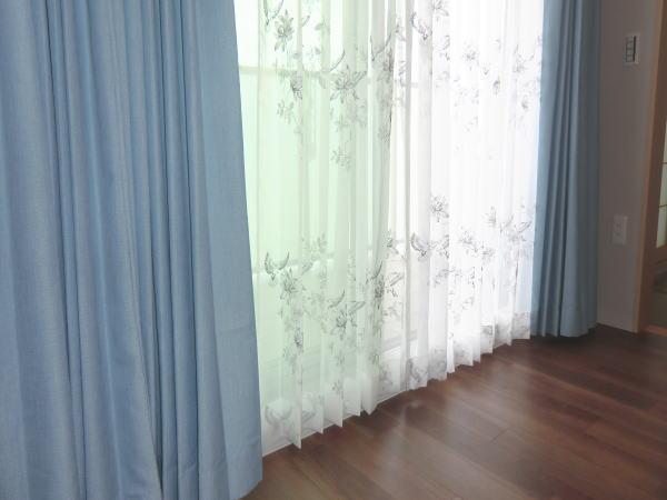 プレーンな色合いのオーダーカーテン(素敵な織り模様です)