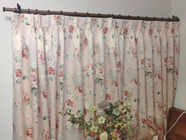 装飾カーテンレールと花柄のオーダーカーテン