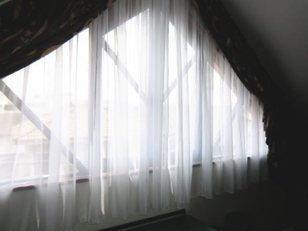 三角窓にボイルカーテン納品