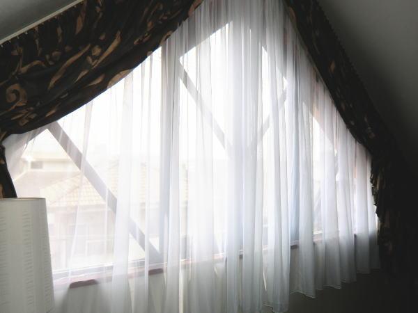 変型窓にオーダーレースカーテン
