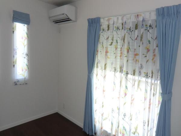 同一空間に同デザインのカーテン