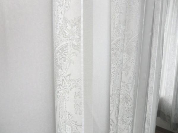 縦ストライプ柄のドレープカーテン