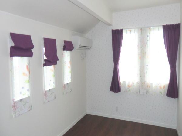 中間窓カーテン・小窓はプレーンシェード納品