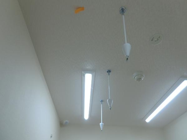 天井へカーテンレール1本金具取り付け