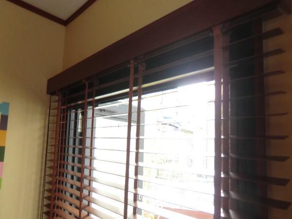 窓枠上部に木製ブラインド納品