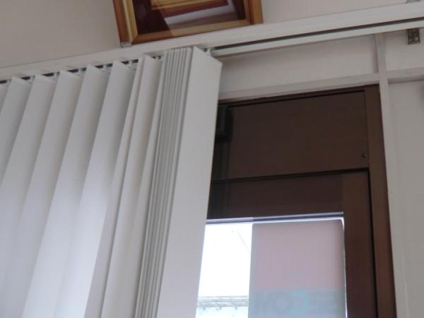 正面壁面付け縦型ブラインド納品