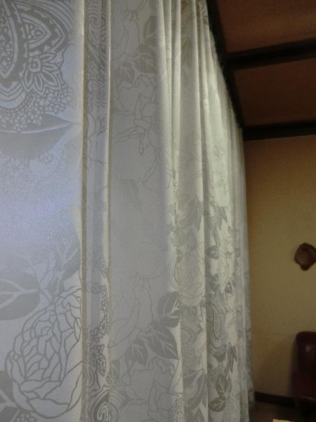 大きな空間の掃き出し窓へオーダーカーテン